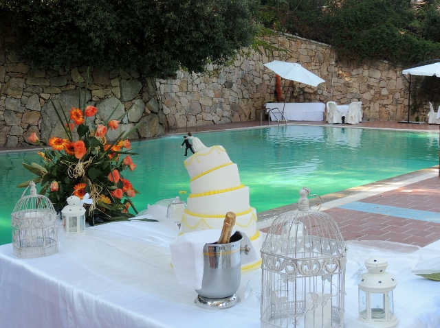 wedding cake in piscina